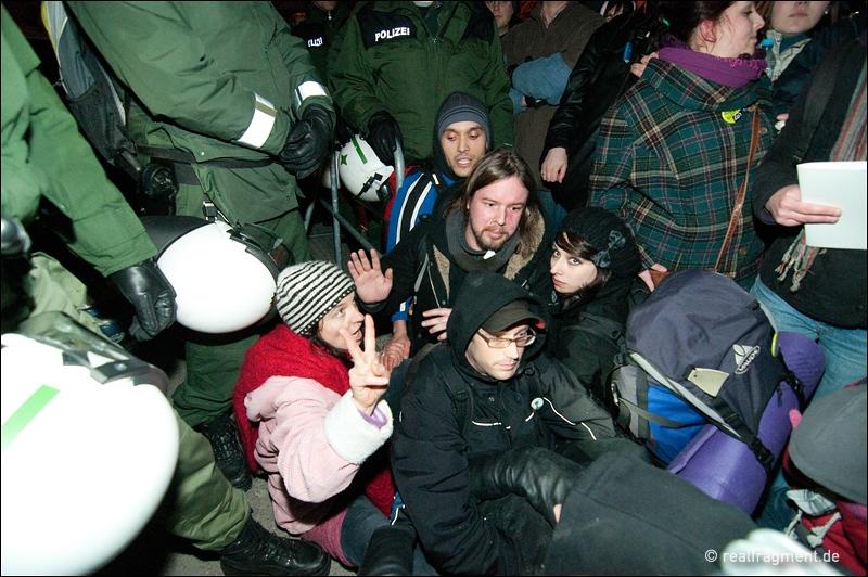 Immer wieder: Menschen setzen sich der Polizei in den Weg