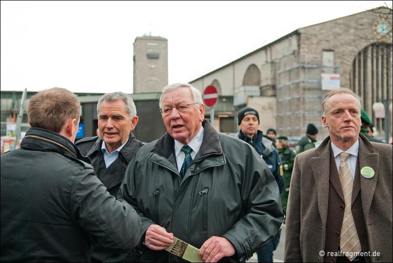 S21-Sprecher Wolfgang Dietrich (links) und Udo Andriof (Mitte) auf dem Weg zur Baustelle