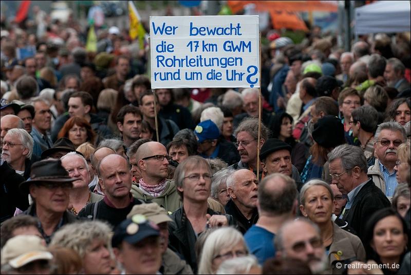 S21-Gegner auf der Montagsdemo vor dem Stuttgarter Hauptbahnhof
