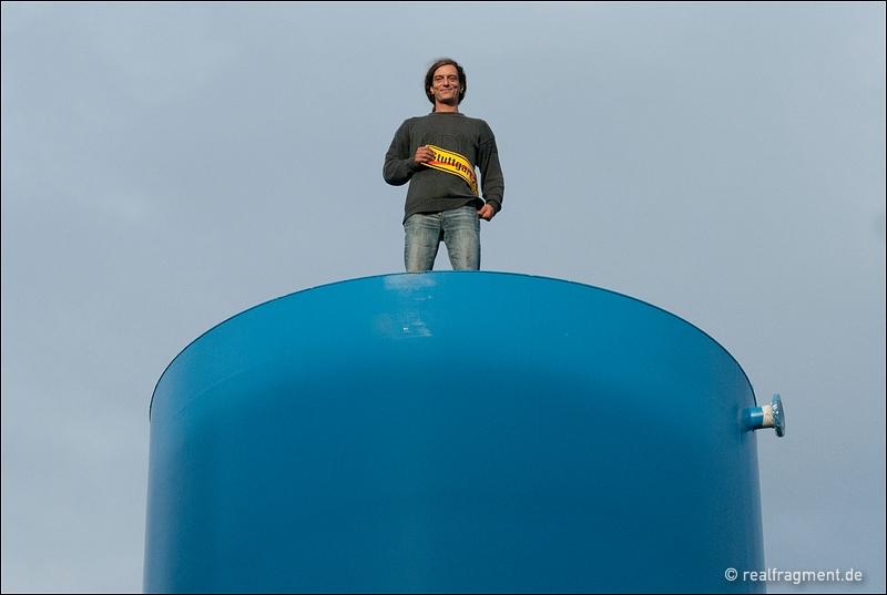 Ein S21-Gegner steht auf einem der besetzten Tanks des Grundwassermanagement