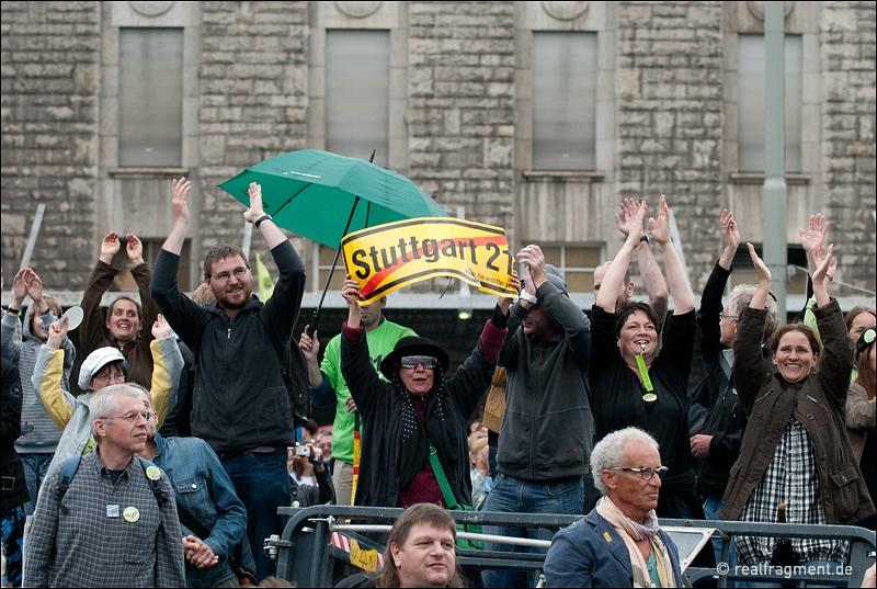 S21-Gegner jubeln Aktivisten zu, die das Dach und Tanks des Grundwassermanagements besetzt haben
