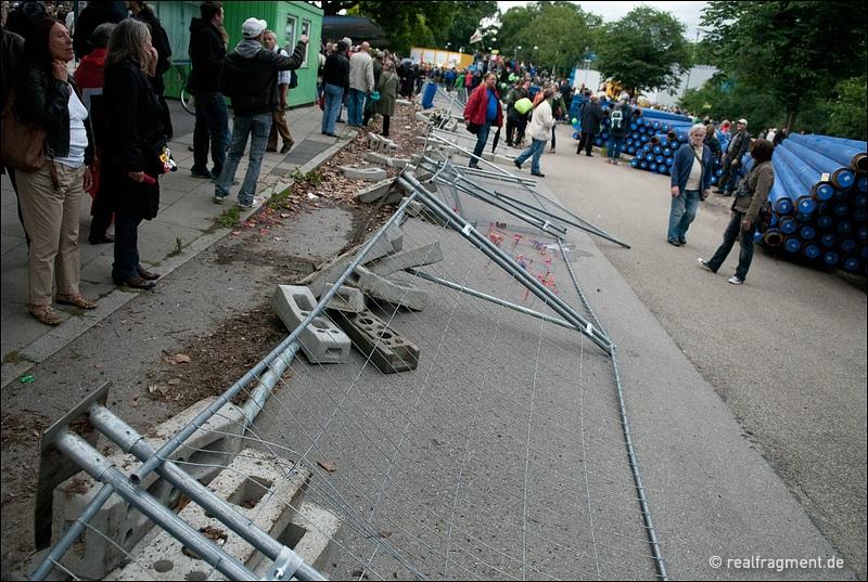 Der Zaun um das Baugelände des Grundwassermanagements wurde  umgerissen