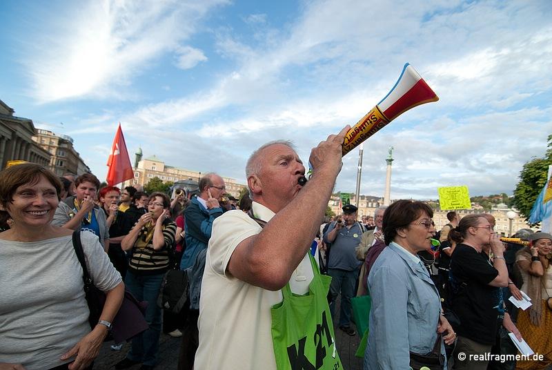 S21-Gegner nach der Kundgebung auf dem Schloßplatz