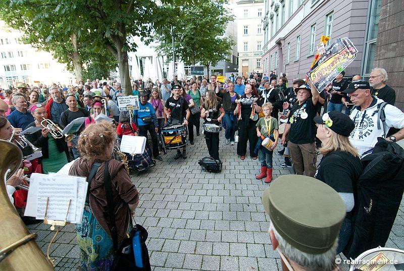 Spontandemo vor der SPD-Landesverbandsstelle: Auch die neue Regierung wird ins Visier genommen